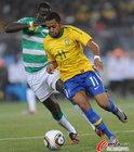 图文:巴西VS科特迪瓦 罗比尼奥突破