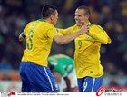 图文:巴西3-1科特迪瓦 卢西奥祝贺队友