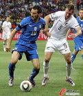 图文:意大利VS新西兰 赞布罗塔拉扯对手