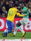 图文:巴西3-1科特迪瓦 卡卡硬拉对手