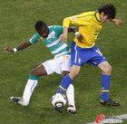 图文:巴西VS科特迪瓦 蒂安卡卡拼抢