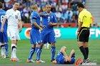 图文:意大利VS新西兰 卡纳瓦罗痛苦倒地