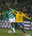 图文:巴西3-1科特迪瓦 卡卡与图雷拼抢