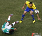 图文:巴西VS科特迪瓦 卢西奥疑似手球
