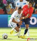 图文:洪都拉斯VS智利 努涅斯倒地