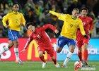 图文:巴西2-1朝鲜 文仁国摔倒