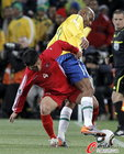 图文:巴西VS朝鲜 朴南哲死缠对方