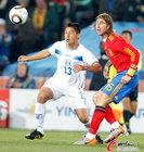 图文:西班牙VS洪都拉斯 埃斯皮诺萨抢球
