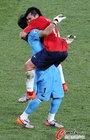 图文:智利1-0瑞士 冈萨雷斯与门将庆祝