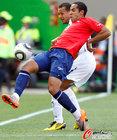图文:洪都拉斯VS智利 门多萨纠缠不放