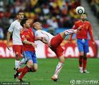 图文:西班牙VS瑞士 阿隆索防守因勒