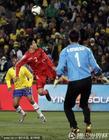 图文:巴西VS朝鲜 车正赫头球解围