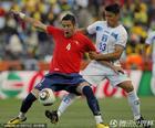 图文:洪都拉斯VS智利 伊斯拉背身护球