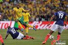 图文:法国1-2南非 库博尼躲过飞铲