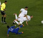 图文:希腊VS阿根廷 阿奎罗抢射
