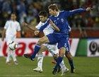 图文:希腊VS阿根廷 博拉蒂捅球