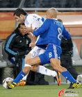 图文:希腊VS阿根廷 贝隆拉拽对手
