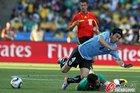 图文:墨西哥VS乌拉圭 富西莱倒地