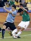 图文:墨西哥VS乌拉圭 奥索里奥解围