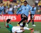 图文:墨西哥VS乌拉圭 A-佩雷拉带球突破