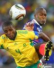 图文:法国VS南非 莫科纳抢的皮球