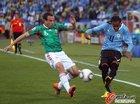 图文:墨西哥VS乌拉圭 托拉多和A-佩雷拉拼抢