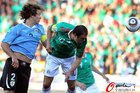 图文:墨西哥VS乌拉圭 布兰科头球冲顶
