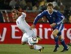 图文:希腊VS阿根廷 博拉蒂推倒对手