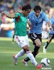 图文:墨西哥VS乌拉圭 多斯桑托斯带球突破