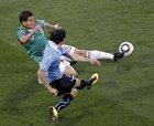图文:墨西哥VS乌拉圭 莫雷诺争球