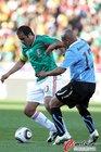 图文:墨西哥VS乌拉圭 布兰科带球突破