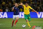 图文:法国1-2南非 皮纳尔里贝里拼抢