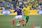 图文:法国1-2南非 里贝里对抗皮纳尔