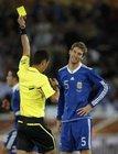 图文:希腊VS阿根廷 博拉蒂吃到黄牌