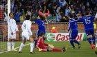 图文:希腊0-2阿根廷 佐瓦斯瘫坐在地