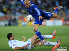 图文:希腊VS阿根廷 克莱门特被铲飞