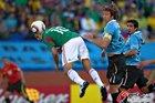 图文:墨西哥VS乌拉圭 布兰科空中顶球