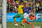 图文:法国1-2南非 穆费拉被绊倒