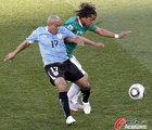图文:墨西哥VS乌拉圭 里奥斯和桑托斯拼抢