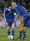 图文:希腊VS阿根廷 梅西与贝隆商议