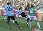 图文:墨西哥VS乌拉圭 布兰科与对方争抢