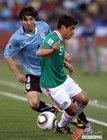 图文:墨西哥VS乌拉圭 奥索里奥带球突破