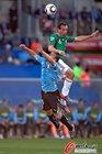 图文:墨西哥VS乌拉圭 佩雷斯争顶