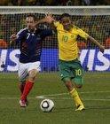 图文:法国1-2南非 里贝里与皮纳尔拼抢