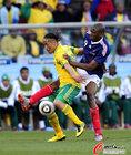 图文:法国1-2南非 皮纳尔被拉扯