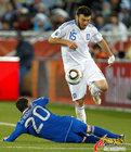 图文:希腊VS阿根廷 罗德里格斯飞铲