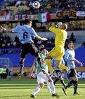 图文:墨西哥VS乌拉圭 维克托里诺飞顶