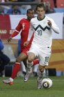 图文:斯洛文尼亚VS英格兰 科尔紧追对手