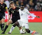 图文:加纳VS德国 阿萨莫阿防守