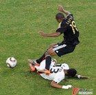 图文:加纳VS德国 卡考躲开对手